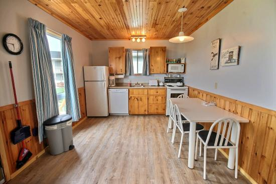 Cavendish Bosom Buddies Cottages and Suites: 2 Bedroom Deluxe Cottage - Kitchen Area