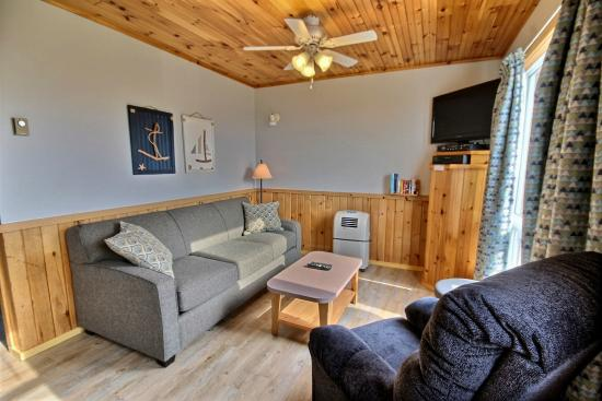 Cavendish Bosom Buddies Cottages and Suites: 2 Bedroom Deluxe - Living Room