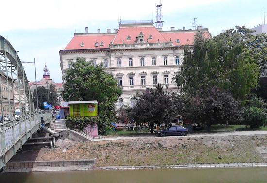 Zrenjanin, Srbija: Over a small bridge in The National Museum