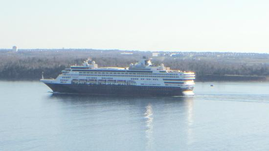 Район Галифакс, Канада: You will be able to see the cruise ships coming by the window. Spectacular!