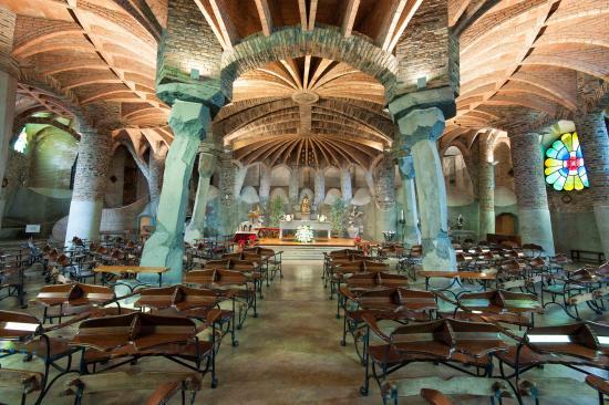Costa de Barcelona, España: Gripta Gaudí i Colònia Güell (Costa Barcelona)