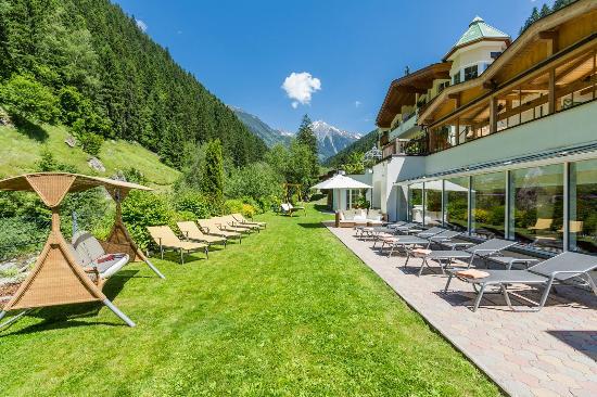Alpin Lodge Das Zillergrund: Außenanlage zum Ziller