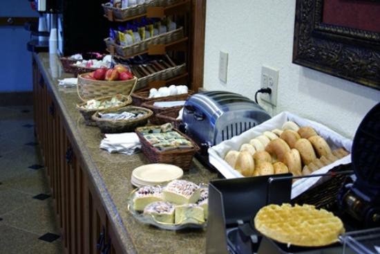 Mountain Inn & Suites Airport: Breakfast Buffet