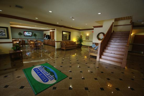 Mountain Inn & Suites Airport: Lobby