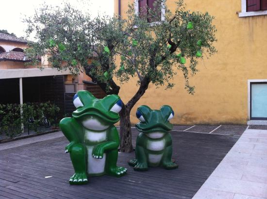 Hotel Astoria: Frogs in the courtyard