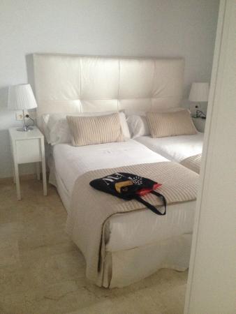 Elvira Suites: modern, white bedroom -spotlessly clean