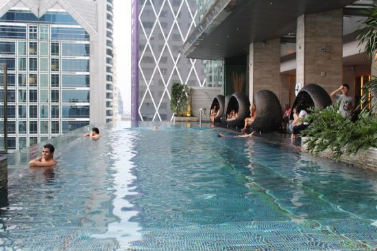 Foto de eastin grand hotel sathorn bangkok piscina e as cadeiras tripadvisor - Hotel bangkok piscina ...