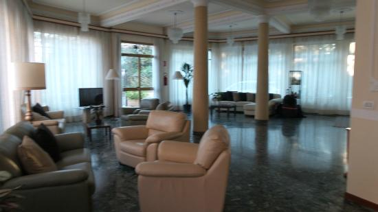 Byron Hotel: Seating area in the lobby, reception area