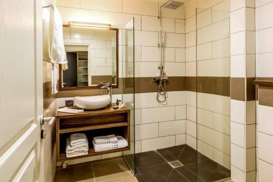 Salle de bain avec douche à l\'italienne - Picture of Fort Savane ...
