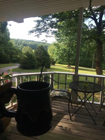 Brownsville, KY : Peaceful front porch with a view
