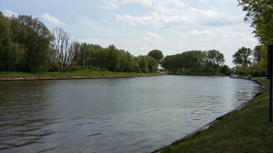 De Barge Hotel: vista al canal