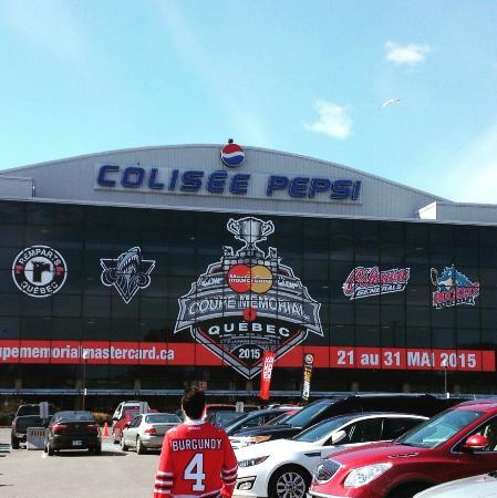 Colisee Pepsi: Oshawa fans arriving.