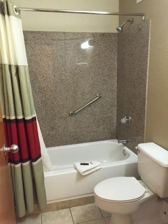 Red Roof Inn Staunton: Clean bath