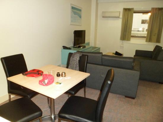 Comfort Inn & Suites Goodearth Perth: dining and living area