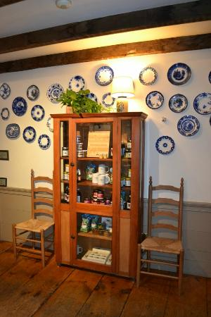 Perkinsville, Βερμόντ: Front lobby Flow Blue plate collection