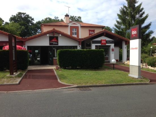 Ibis Biarritz Anglet Aeroport : The outside of the hotel