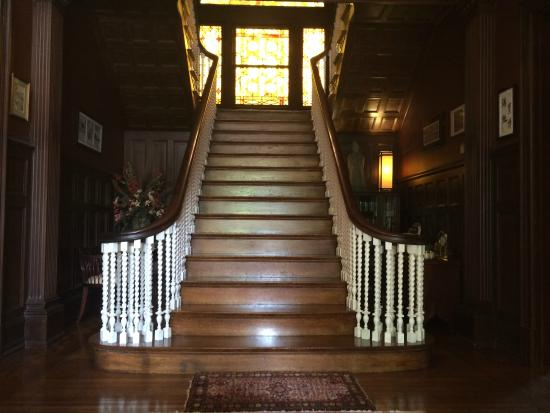Columbine Bed & Breakfast: Main staircase w/stained glass window