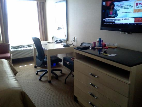 Monte Carlo Inn - Barrie Suites: desk dresser tv with good selection of channels