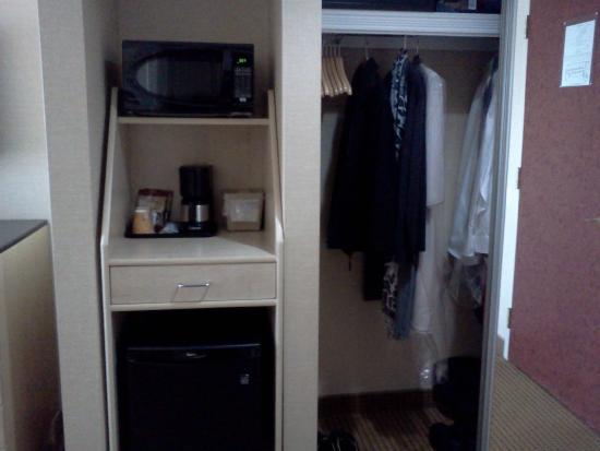 Monte Carlo Inn - Barrie Suites: fridge coffee maker microwave