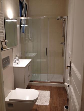 BarcelonaBB: The White Room's spacious bathroom