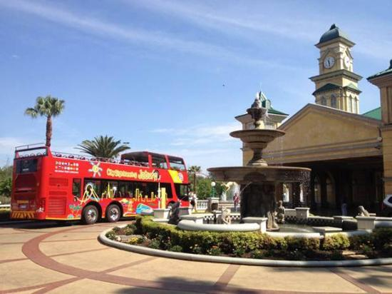 Gold Reef City: Red Bus stop at the casino and theme park