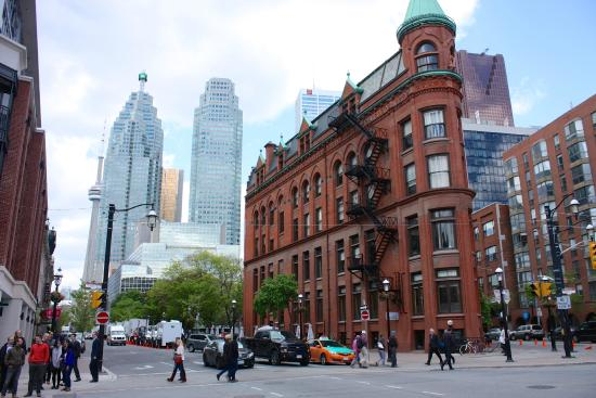 LiveToronto Walking Tours: Flatiron building near the market