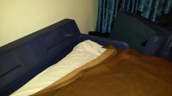 Residence Biarritz Ocean: Fold out couch where we found the bed bugs