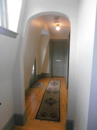 Blomidon Inn: Little hallway to the Annapolis Room with deck door on the left