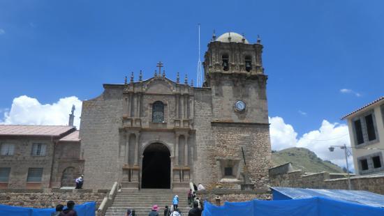 La iglesia desde la plaza de Juli