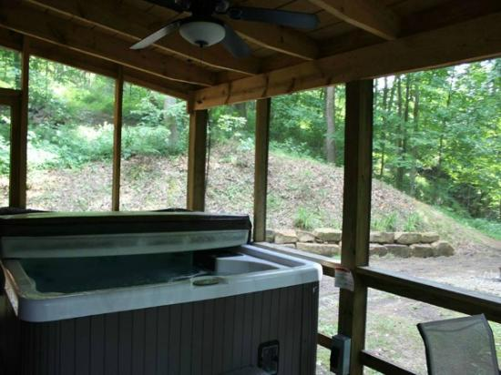 Valley View Cabins: Lincoln Cabin Hot Tub / Outdoor Fire-pit