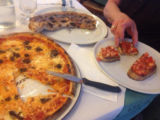 Il Cantuccio: Pizza Il Cantucchio, bruschetta and calzone