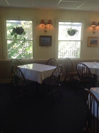 Van Rensselaer's Restaurant: Lovely window seat