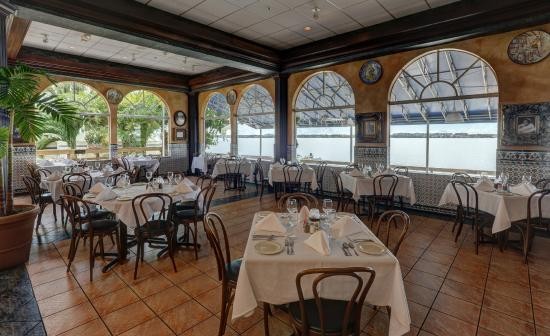 Columbia : Indoor and outdoor waterfront dining. Serving lunch and dinner daily.