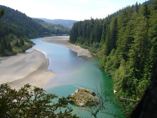 Humboldt County, Калифорния: One of many views of the wild & scenic Eel River near the Avenue of the Giants.