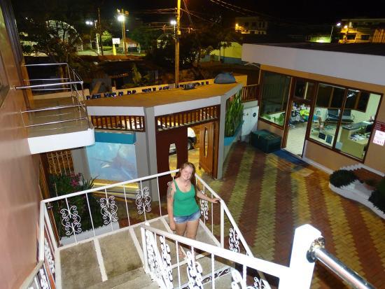 Blue Marlin Hotel: Passagem por cima das piscinas