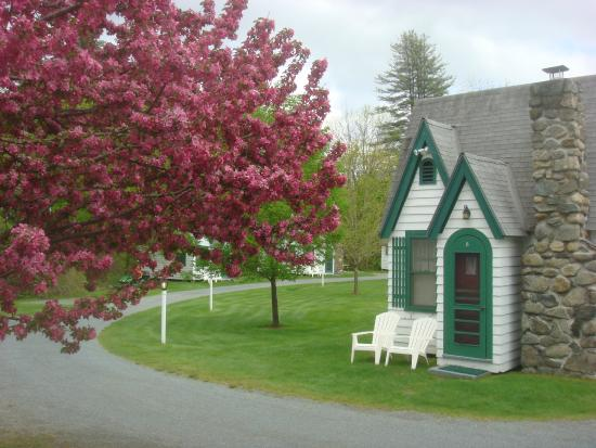 Hearthside Village Cottage Motel: Spring Blossoms