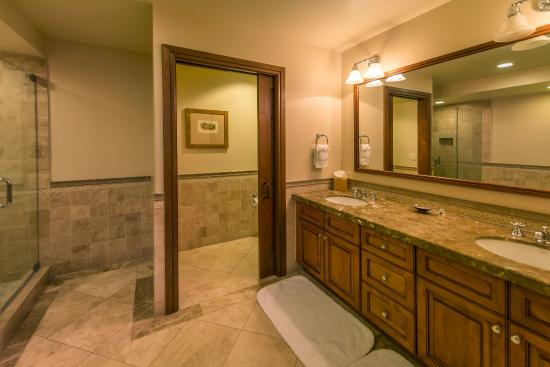 Great Bear Lodge - Tahoe Mountain Lodging: Typical Great Bear bathroom