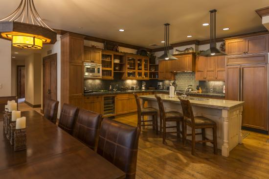 Great Bear Lodge - Tahoe Mountain Lodging: Typical Great Bear kitchen