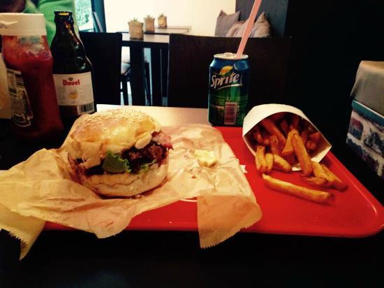Orange, Francja: Un vrai burger, avec du bon pain et tout ce qu'il faut dedans! Et de vrais frites maison!