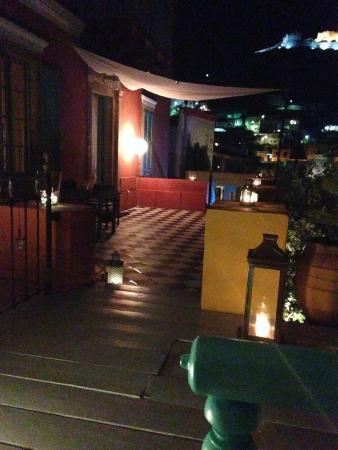 Boutique Hotel La Maison des Couleurs: Hotel entrance and yard at night