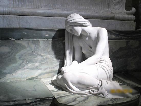 Roskilde, Dänemark: Edvard Eriksen sculpture Grief in Christian IX's Chapel