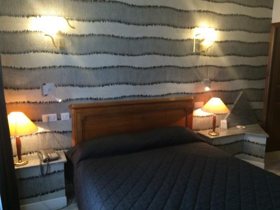 mur original derri re le lit belle d co bild fr n hotel d 39 angleterre chalons en champagne. Black Bedroom Furniture Sets. Home Design Ideas