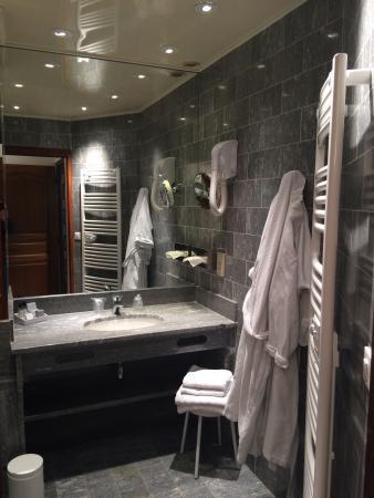 Hotel D'angleterre: La salle de bains. Nickel avec les peignoirs.