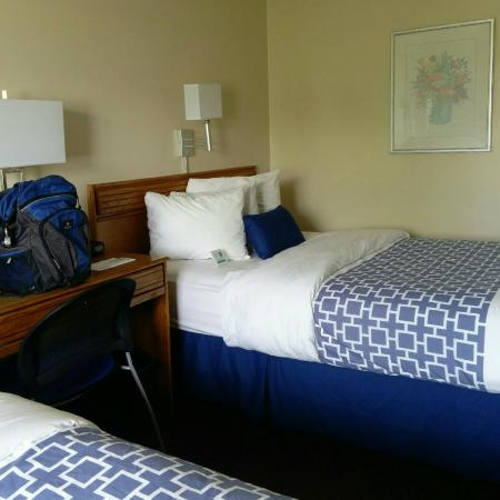Derby Four Seasons Inn and Suites: Blue Bed Linen