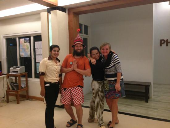 โรงแรมพระนางเพลส: with receptionist 1st and 3rd from left