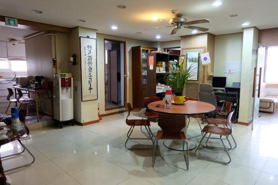 Hwaseong Guest House: lounge