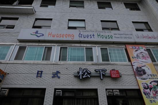 Hwaseong Guest House : gedung dengan tulisan nama guest house dari depan