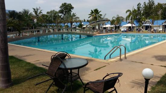 Castle Howchow Beach Resort Hotel: Large swimming pool with broken tiles all round the edge