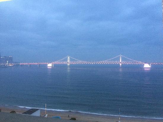 Dawn Beach Hotel : Diamond bridge at Gwangwali Beach, Busan