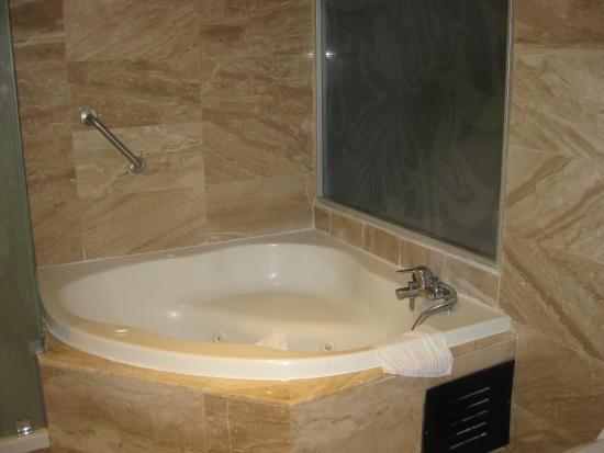 Bathtub that didn\'t drain - Picture of Ocean Blue & Sand, Bavaro ...